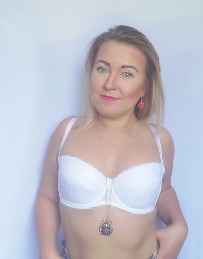 Mela biała bardotka z wyjmowanymi wkładkami push up - dzięki niej możesz założyć bluzkę lub sukienkę z odkrytymi ramionami i nie martwić się wystającymi ramiączkami .